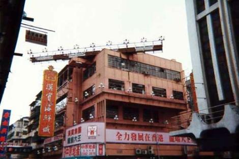 Así se veía uno de los edificios de la ciudad con las luces de aproximación en la terraza.