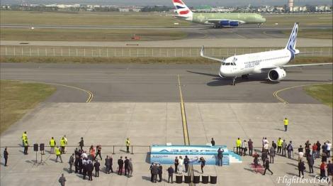 Llegando al lugar donde estacionaría justo por atrás paraba un futuro A380 de British Airways.