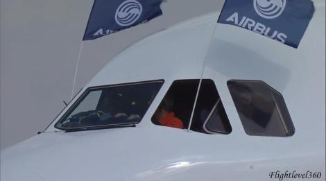 La tripulación saludando a los concurrentes.